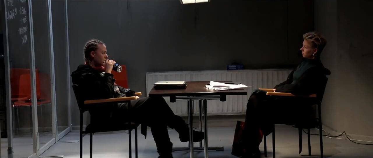 Oberkommissarin Lotte Ringwald (Monika Vivell) und Rechtsmedizinerin Dr. Maria Hirte-Rechmann (Magdalena Kosch) im Gespräch auf der Polizei-Dienststelle – Foto: Theater Osnabrück